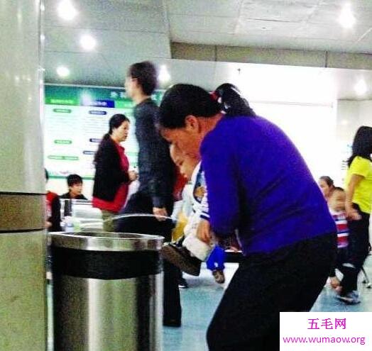 广州地铁大便_广州地铁大便弟,在车厢内公然拉屎擦完屁股就跑-五毛网