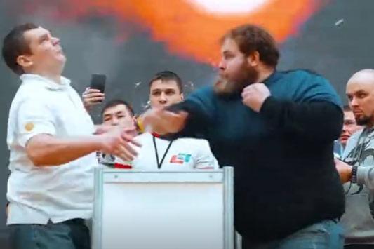 惊心动魄:战斗民族的打脸比赛 一巴掌能把人打晕