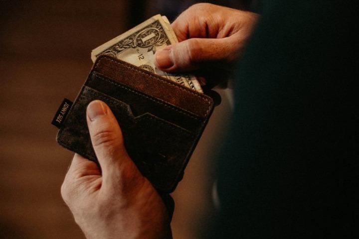 你捡到钱包会还给失主吗?调查显示,钱包里钱越多归还率越高