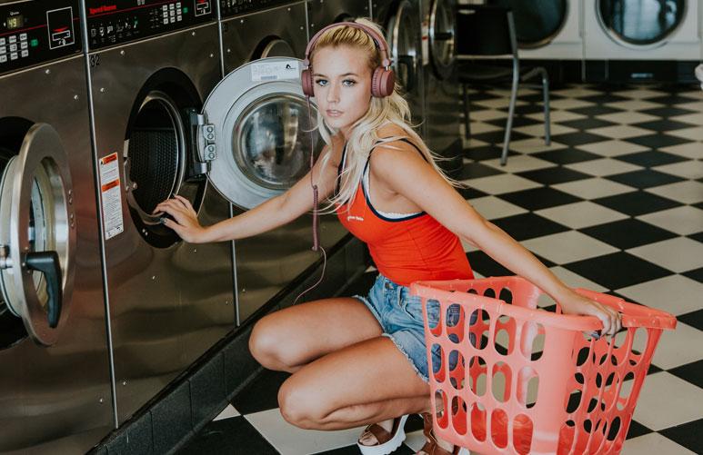 时装设计师建议:衣服能不洗就不洗